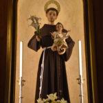 San Antonio de Padua en su altar